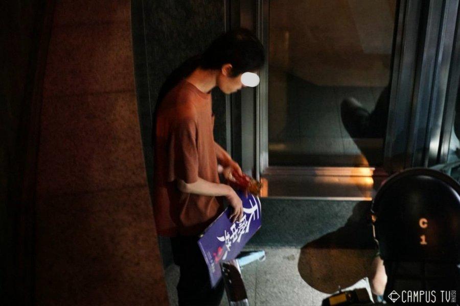 手持「天滅中共」海報 男子被拘捕