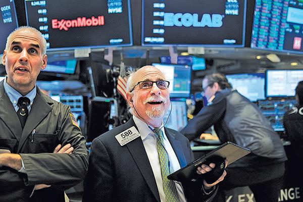 道指有史以來首次突破28000 點。圖為11月15日紐約證券交易所裏的股票交易員。(Getty Images)