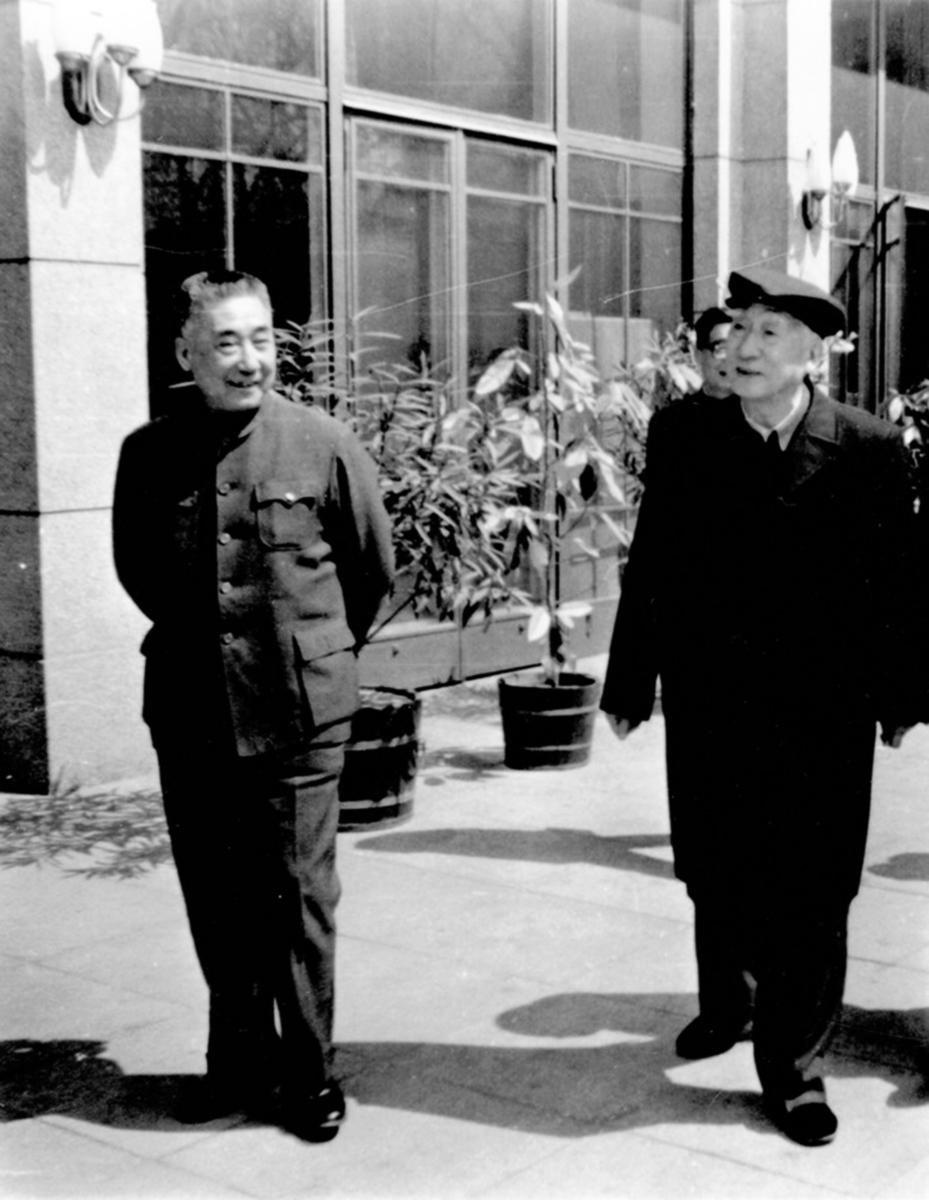 圖為榮高棠(左)和薄一波在中顧委機關時的合影。(網絡圖片)