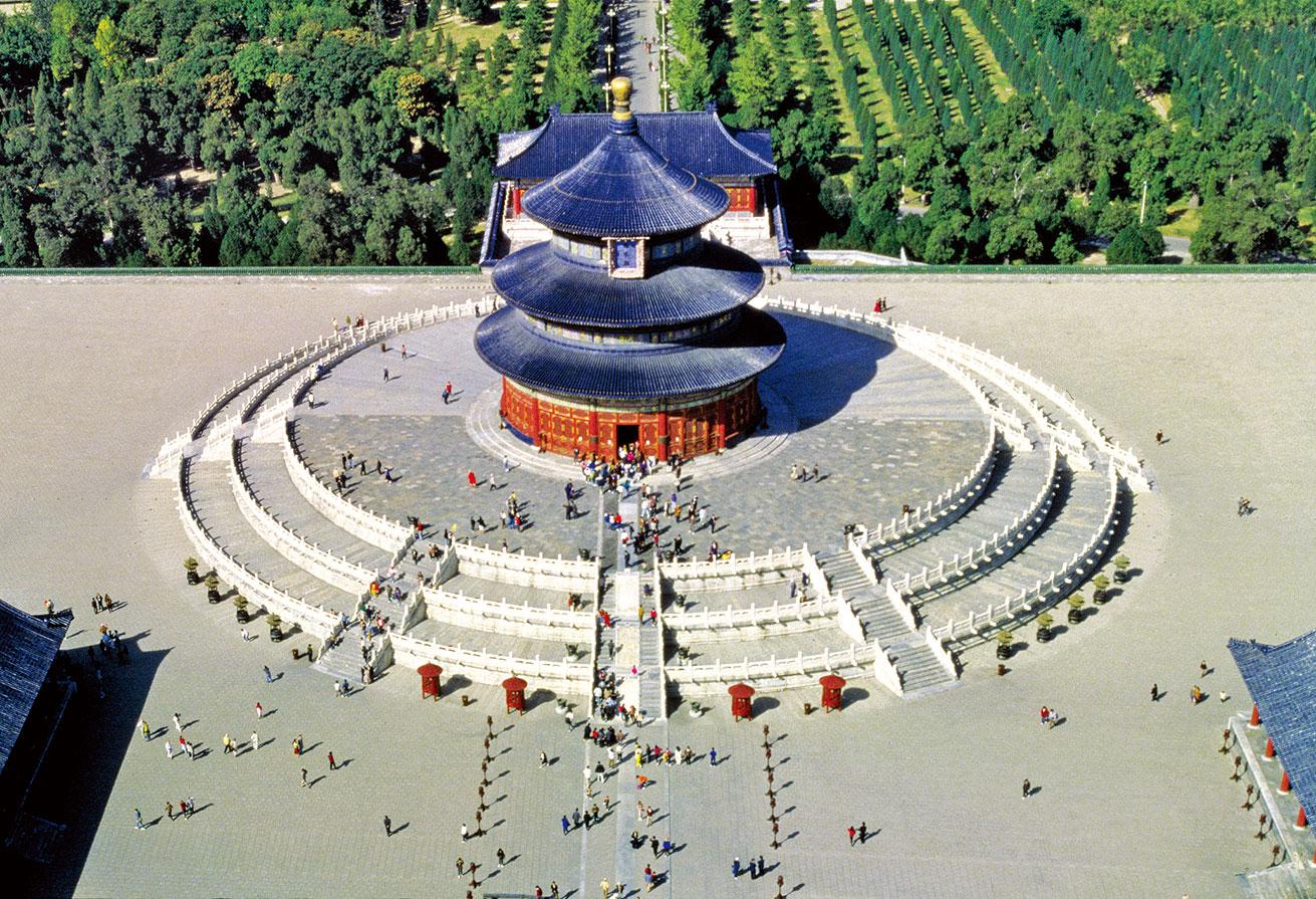 明成祖朱棣在營建北京時,天壇便和先農壇、社稷壇、太廟等建築一起規劃。永樂十八年(公元1420年)建成。第二年春,朱棣「大祀天地於南郊」。這是在天壇舉行的第一次祭祀活動。(大紀元資料室)