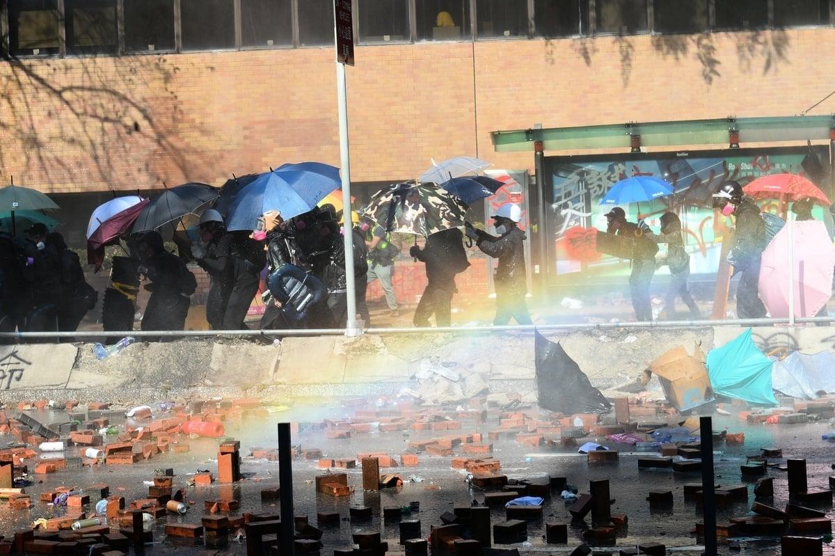 昨日(17日)警方於校內抗爭者整天對峙,期間使用了催淚彈、橡膠子彈、水砲車外,還有裝甲車,車頂更裝有聲波槍。(宋碧龍/大紀元)