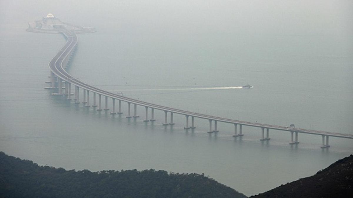 港珠澳大橋通車剛滿1年,就出現下沉狀況。(ANTHONY WALLACE/AFP via Getty Images)