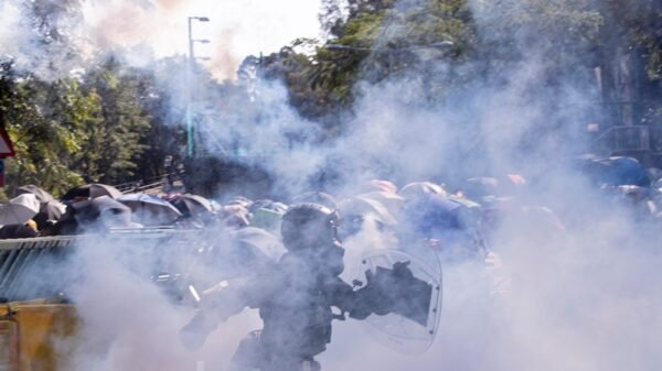 香港中文大學學生高呼「中大是我家」,學生扔燃燒彈阻止警察進入校園,警察向學生發射催淚彈並拘捕學生,現場恍如戰場。(余鋼/大紀元)