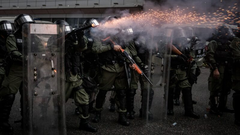 港警釋放的大量催淚彈傷害的不僅是抗爭者和前線記者,也包括他們自己。近日,網曝許多港警也罹患氯痤瘡的消息。 ( Chris McGrath/Getty Images)