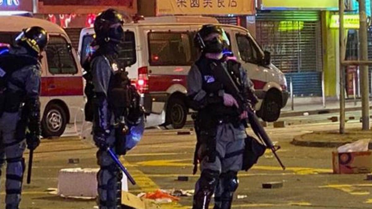 11月17日晚,港警荷槍實彈在全港四處巡邏抓人,還對抗爭者叫囂,「我要六四重演」。(城市廣播臉書截圖)