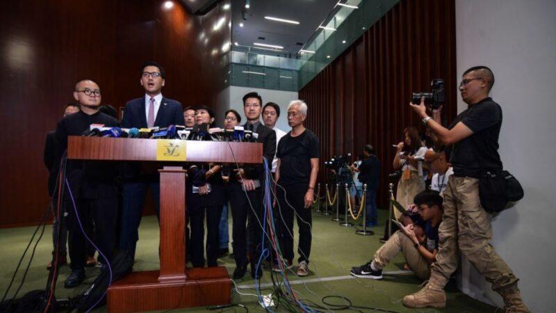 圖為香港民主派議員2019年10月17日在香港立法會會議廳外舉行一場新聞發佈會。(ED JONES/AFP via Getty Images)