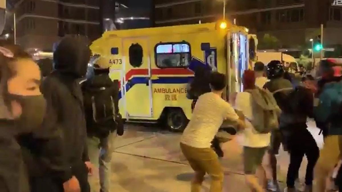 眾多抗爭者群情激憤衝上去搶一名受傷的女抗爭者,而警方連開了3槍,抗爭者在警方開槍後隨即四散。(影片截圖)