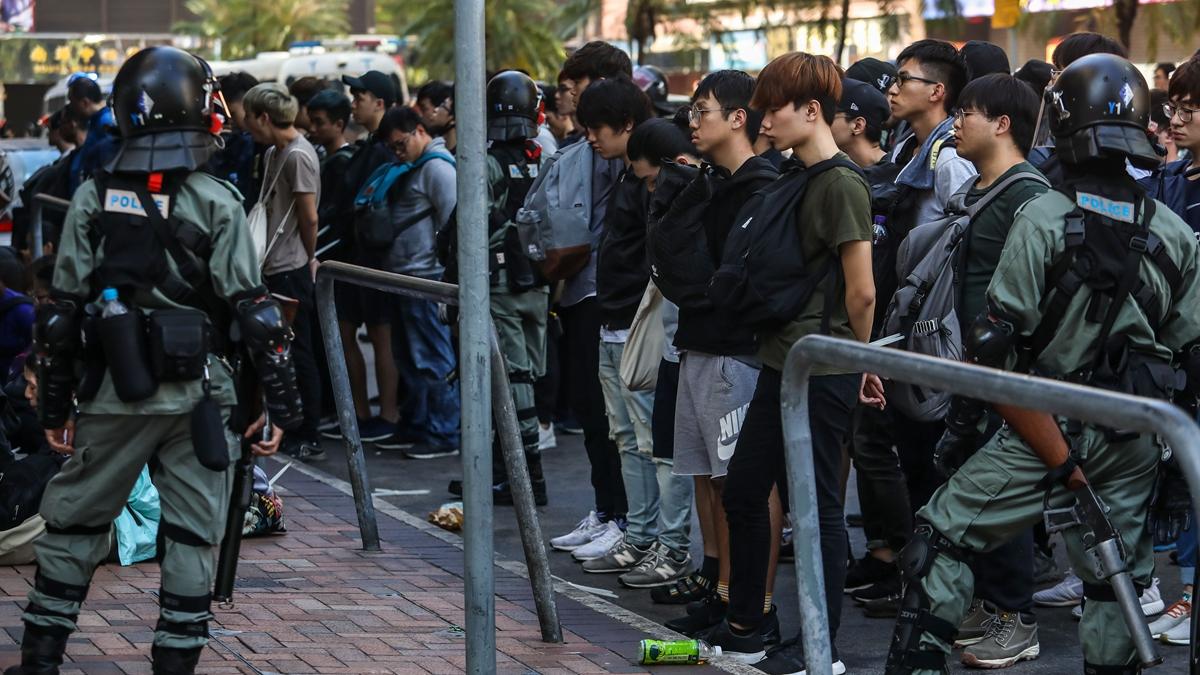 處於險境中的學生們誓死抵抗,一封封遺書從圍城內傳出,仿如六四大屠殺在校內重演。圖為理工大學校外被捕的抗爭者。(DALE DE LA REY/AFP via Getty Images)