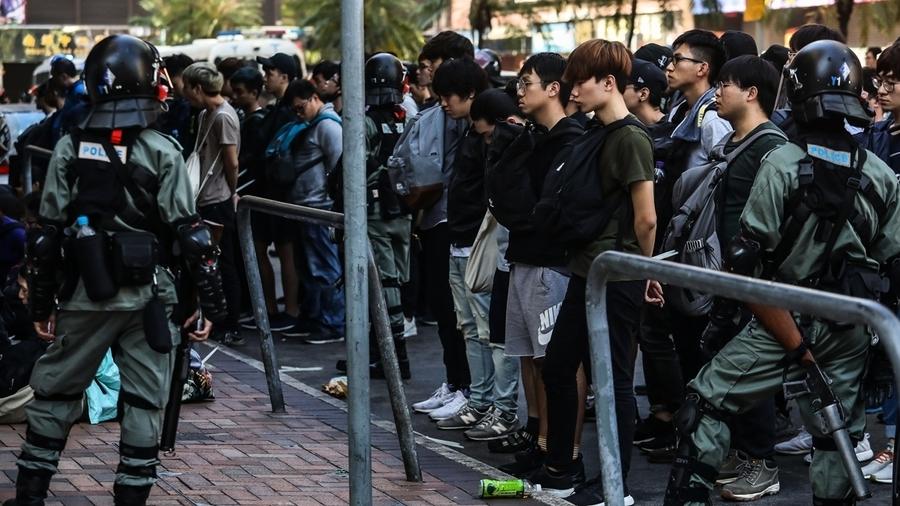 香港理大現大量抓捕 議員被噴胡椒水