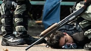 震撼彈、衝鋒槍、突擊步槍 港警用各式武器攻擊