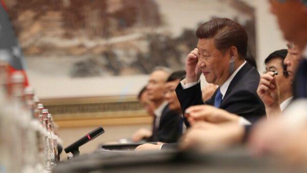 評論說,習近平的治港決策可以說是一錯再錯三錯。(HOW HWEE YOUNG/AFP/Getty Images)