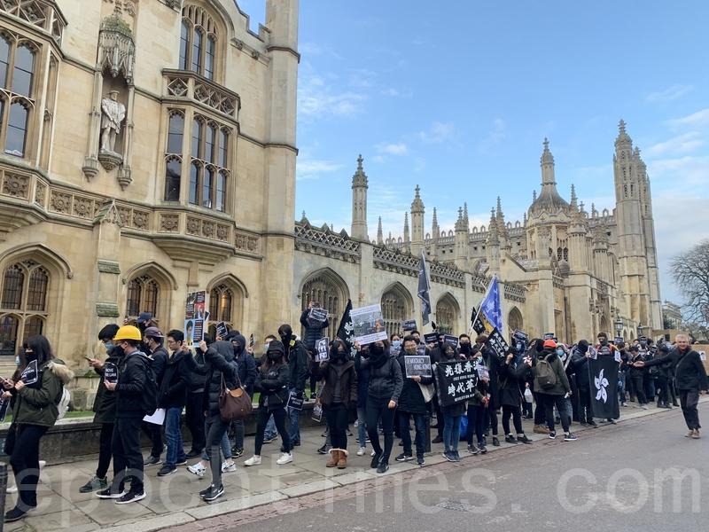逾百名港人於11月6日齊集英國劍橋大學,從評議會大樓(Senate House)遊行至沃爾森學院(Wolfson College)抗議,促請劍橋大學撤銷香港特首林鄭月娥的沃爾森學院榮譽院士頭銜。(唐詩韻/大紀元)