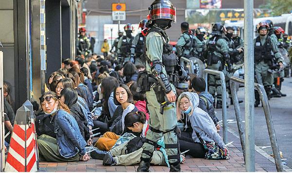 暴警前日猛攻理大,昨早大批市民從四方八面前去理大聲援學生,其中在尖東華懋廣場,至少100人遭警察攔截及被捕。(DALE DE LA REY/AFP via Getty Images)
