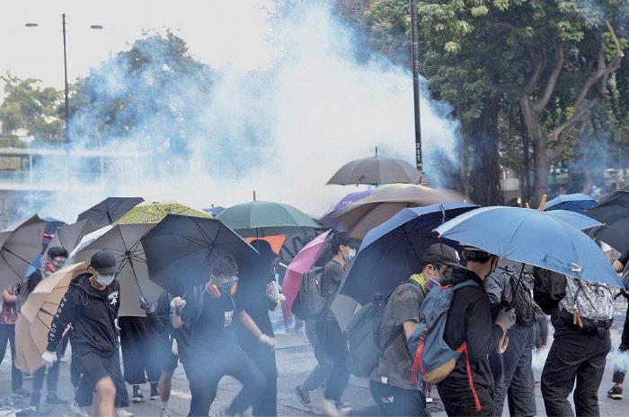 警方昨日與抗爭者繼續在理工大學一帶對峙,警方多次在漆咸道南與暢運道交界發射橡膠子彈和催淚彈,及以水炮車等驅散。(余天佑/大紀元)
