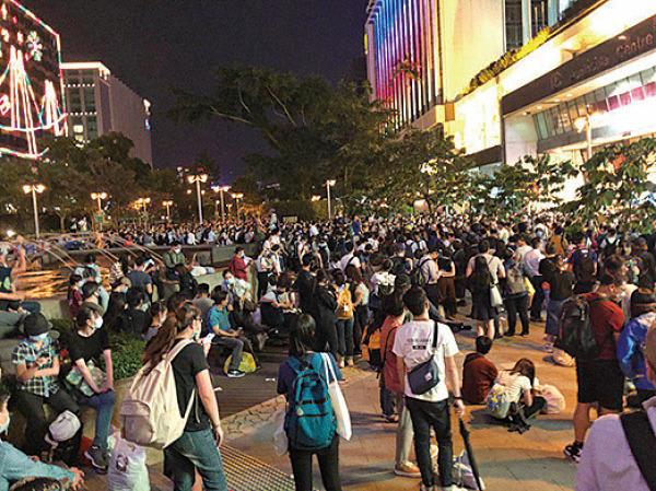 昨晚一批市民在尖沙咀聚集,希望到理工聲援學生。(梁珍/大紀元)