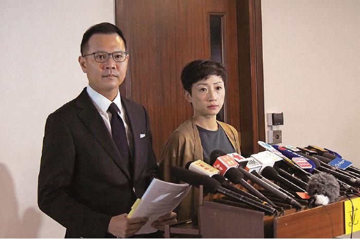 高院昨日裁定《禁蒙面法》違憲,郭榮鏗(左)呼籲政府不要上訴,又要求立即撤銷所有根據《禁蒙面法》起訴的案件。(公民黨提供)
