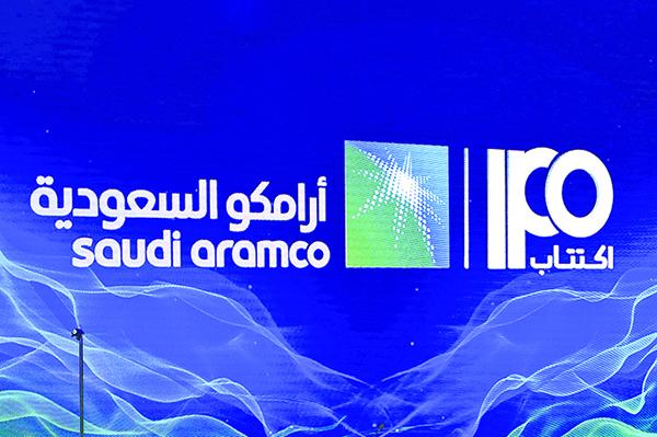 沙特阿美11月3日記者會現場宣傳海報。(Getty Images)