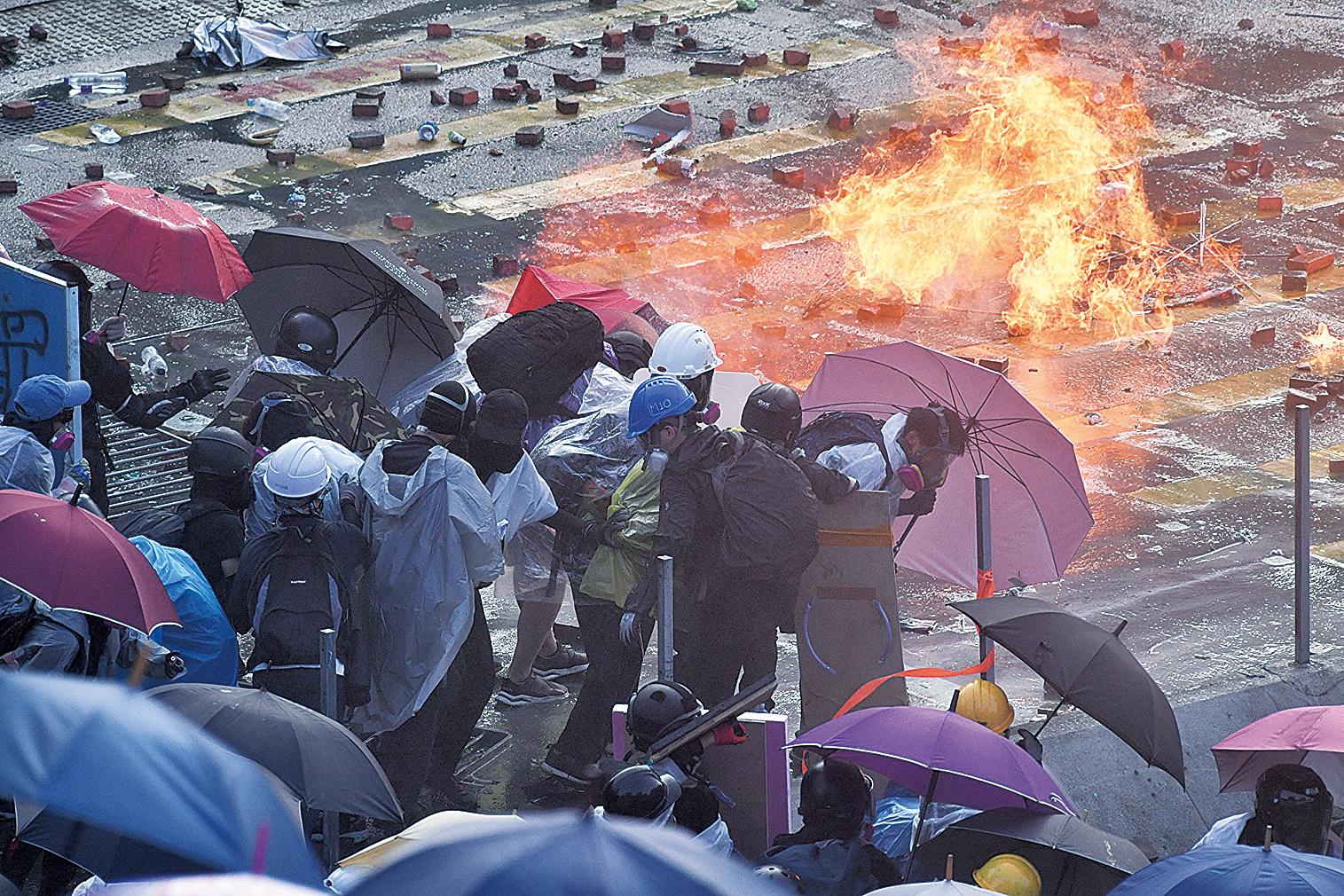 11月17日下午,警察在香港理工大學,瘋狂發射水炮車、催淚彈,同時出動裝甲車。(AFP)