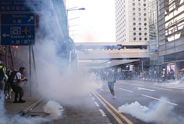 2019年11月12日,港人繼續發起「三罷」行動,警察在中環拘捕十數人,並施放催淚彈清場,令香港國際金融中心地位受損。(余鋼/大紀元)