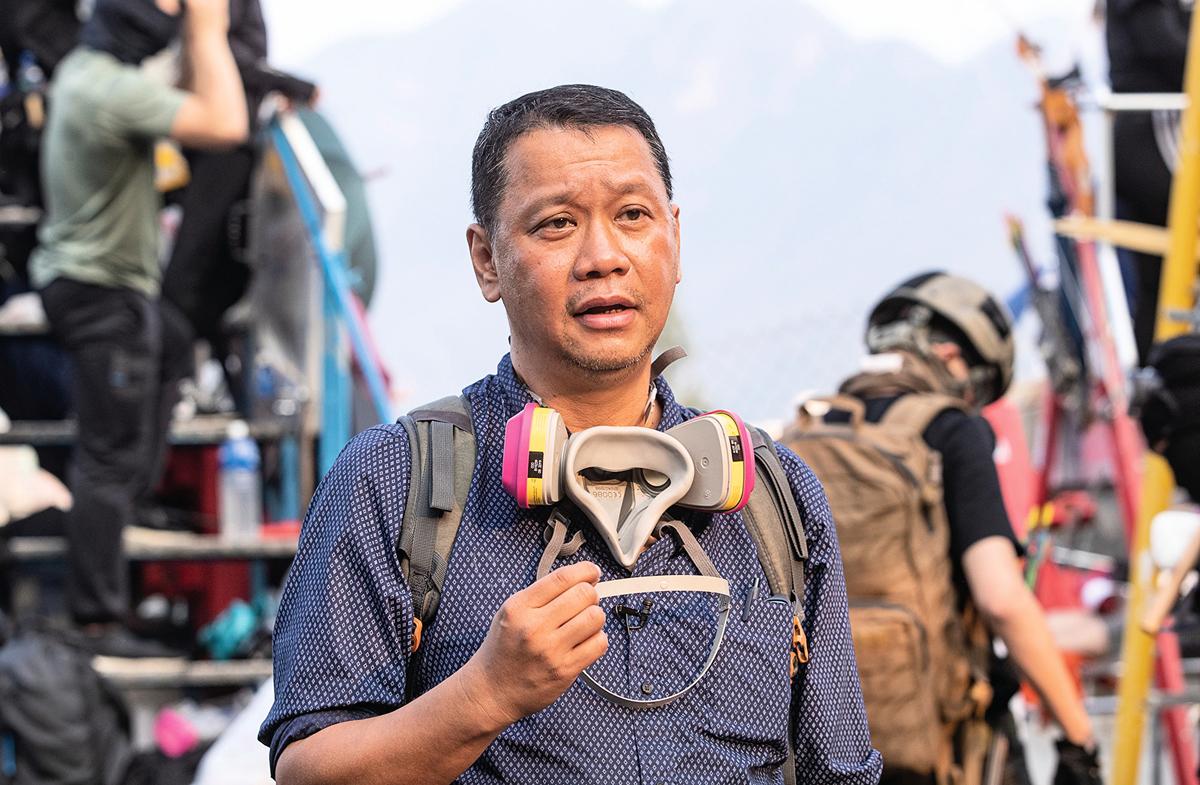 資深媒體人劉細良走到前線去做直播採訪。他說,希望透過一己的努力,去鼓勵更多的人不要灰心。圖為11月13日劉細良於中大校園。(余鋼/大紀元)