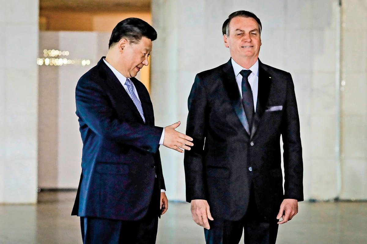 習近平到巴西參加金磚五國會議,與巴西總統波索納羅會面的尷尬鏡頭。(SERGIO LIMA/AFP via Getty Images)
