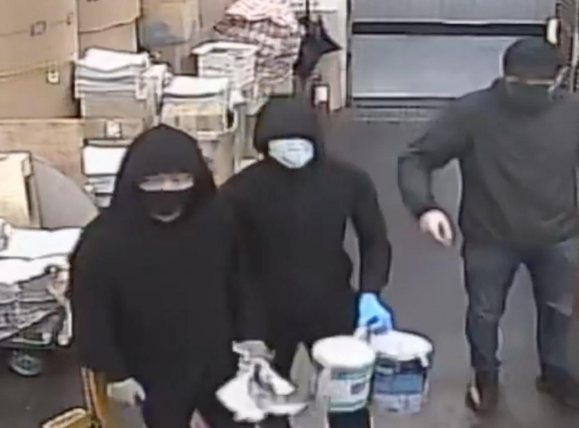 11月19日凌晨,大紀元時報印刷廠遭中共僱兇縱火。其中3名兇犯。(影片截图)