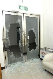 新時代工廠第 1次遭破壞是在 13 年前的2006年2月28日晚上 7 點多,4名歹徒暴力刑毀,印刷廠的電腦製版機遭重擊。(香港大紀元圖片)