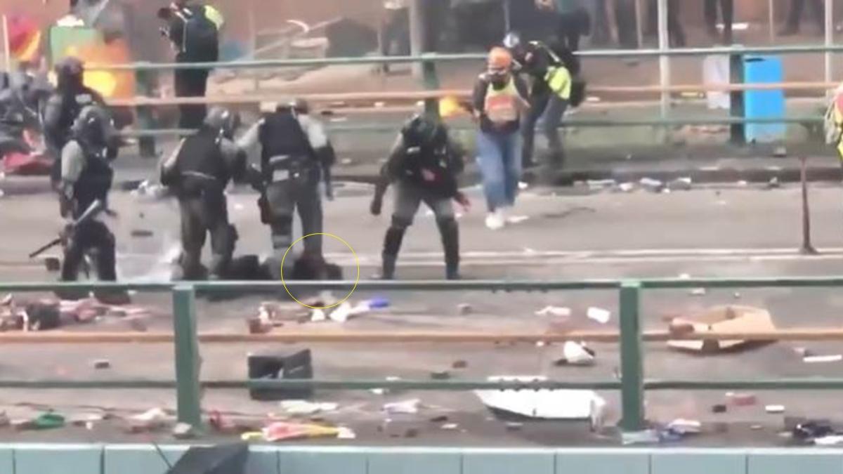 一名港警衝上去一腳將男生的頭直接重踩在地上。(影片截圖)