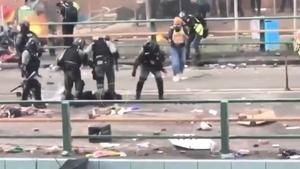 港警一腳將抗爭者頭部重踩在地上 網友氣炸!