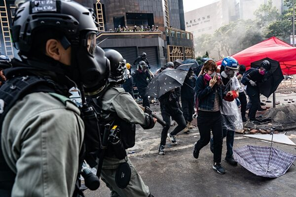 2019年11月18日被困在理大的抗爭者突圍,被守住校園外的警方圍捕。(Anthony Kwan/Getty Images)