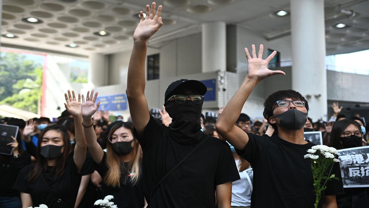 香港《禁蒙面法》正式實施,引發更激烈的抗爭。(PHILIP FONG/AFP via Getty Images)