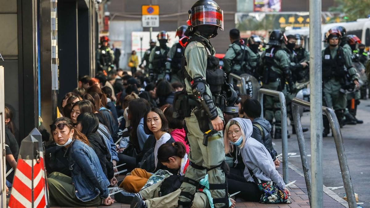 處於險境中的學生們誓死抵抗,一封封遺書從圍城內傳出,仿如六四大屠殺在校內重演。圖為理工大學校外被捕的抗爭者。( DALE DE LA REY/AFP via Getty Images)
