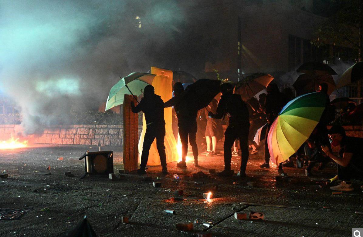 11月18日凌晨,大批香港市民為了支援理工大學學生,與警方在佐敦至尖沙咀路段對峙。(文瀚林/大紀元)