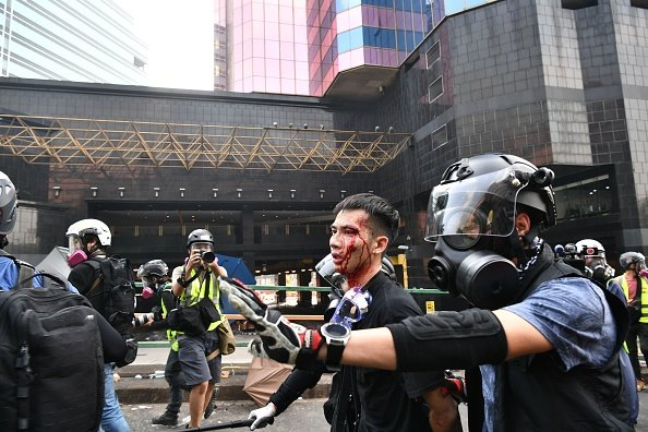 港警暴力抓捕理大抗爭者。(ANTHONY WALLACE/AFP via Getty Images)