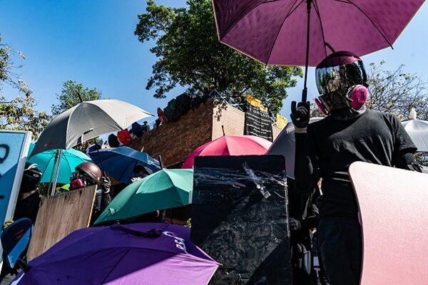 11月17日,理大的抗爭者與警方對峙。 (Anthony Kwan/Getty Images)