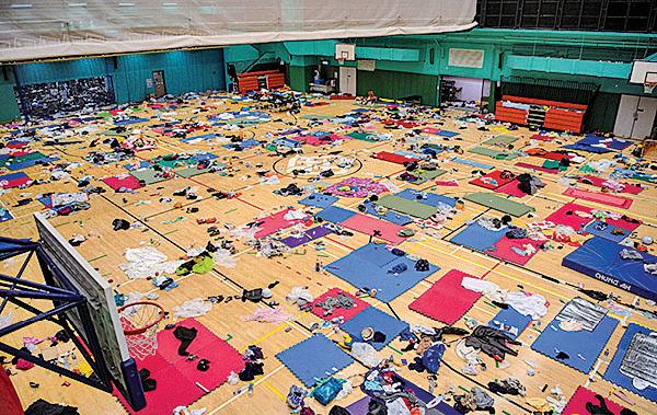 遭暴警兩天炮火洗劫,部份被困理大抗爭者及學生在球場內作息。(Laurel Chor/Getty Images)