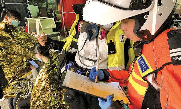 消防員、救護員及聖約翰救傷隊員昨日進入理大救治受傷抗爭者及學生。(余天佑/大紀元)
