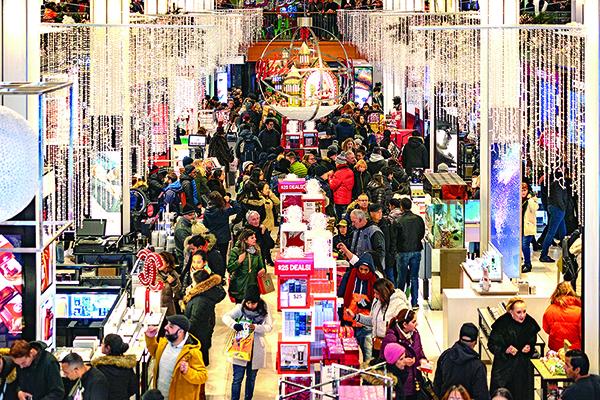 美國近期消費數據亮眼,令市場對美國經濟前景更加樂觀。圖為去年「黑色星期五」,紐約梅西百貨店內的人潮。(Getty Images)