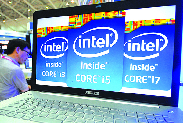 2013 年台北IT交易會一部電腦裏顯示的英特爾標誌。(Getty Images)