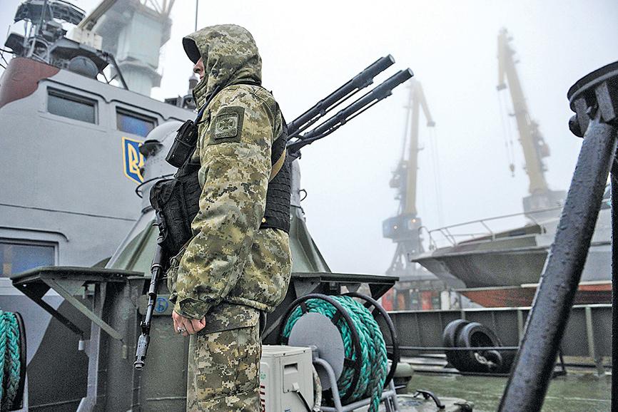 2018年11月,扣船後3艘船上的烏克蘭士兵在軍艦上巡邏。(Getty Images)