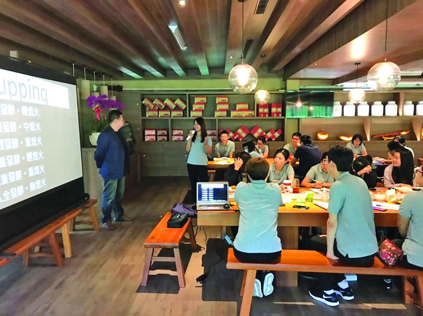 講茶學院課程中,講茶師會解釋茶葉品種、發酵與烘焙的原理。