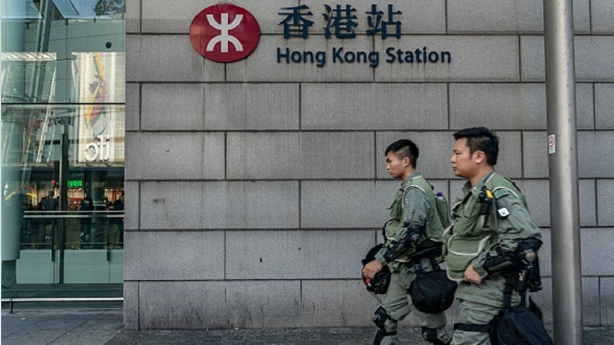 港警在港鐵站外戒備。(Anthony Kwan/Getty Images)