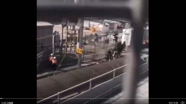 影片顯示,香港大批抗議學生被押上列車轉移。(影片截圖)