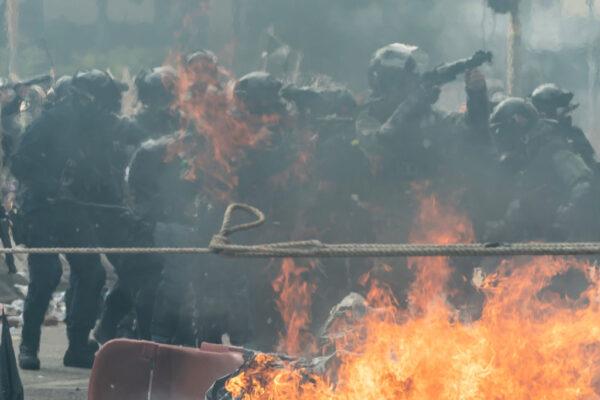 11月18日,香港武裝警察在理工大學,朝抗爭者發射催淚彈。(Anthony Kwan/Getty Images)