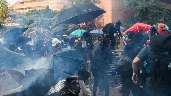 11月18日,香港警方在理工大學,朝抗爭者狂射催淚彈。 (ANTHONY WALLACE/AFP via Getty Images)