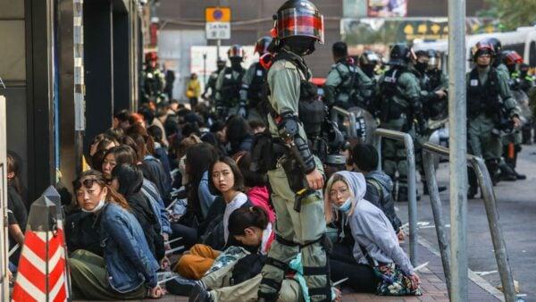 中共海外黨媒11月19日消息,香港理大1100人被捕或登記,200人未成年。( DALE DE LA REY/AFP via Getty Images)