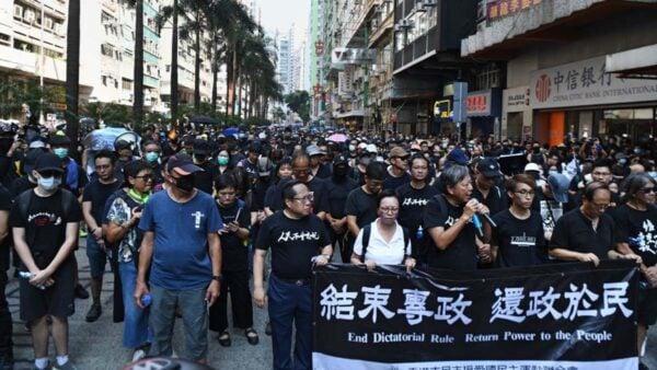 港媒稱,中共四中全會公報釋放信號,北京可能用盡《基本法》賦予的權力管治香港。圖為10月1日香港遊行現場。(ANTHONY WALLACE/AFP/Getty Images)