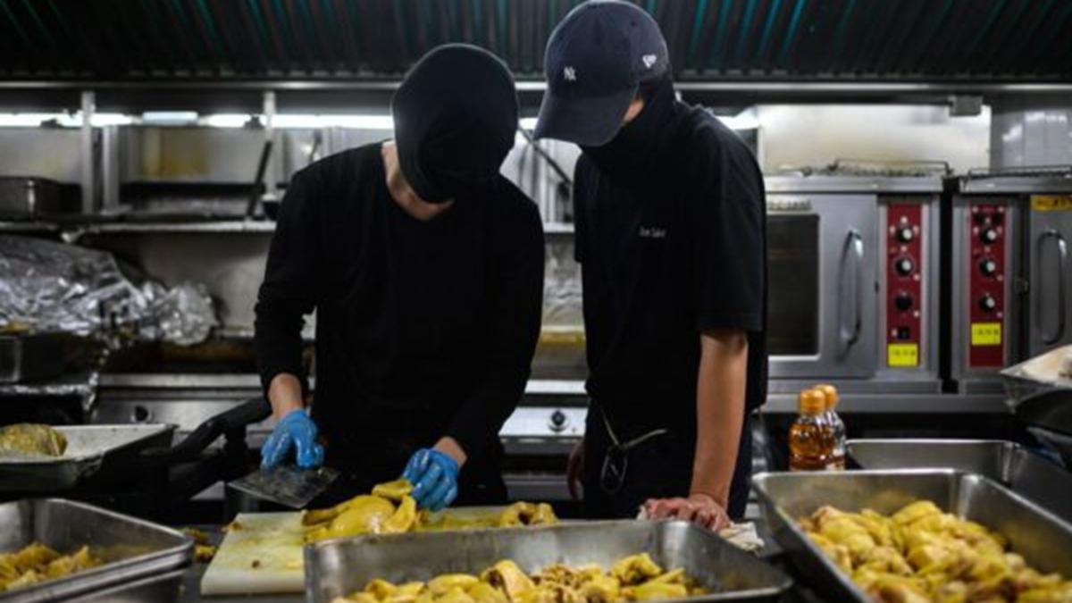圖為中大校園內學生自己營運食堂的場景。(PHILIP FONG/AFP via Getty Images)