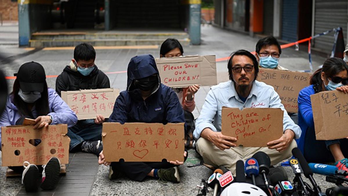 在香港理工大學外,不少被困學生的父母都在焦急地守候著自己的孩子。(YE AUNG THU/AFP via Getty Images)