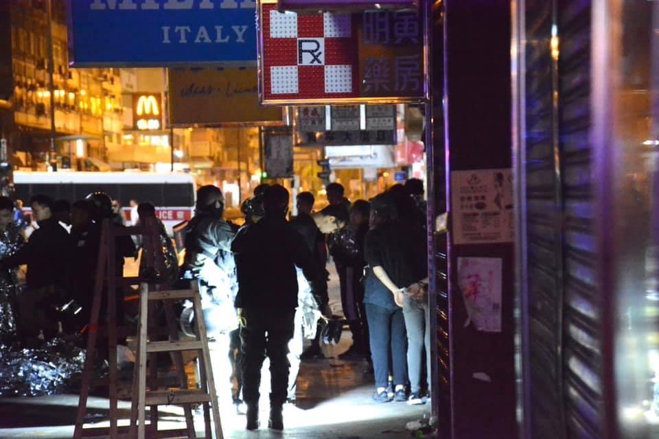 大家紛紛逃跑導致嚴重的「人踩人」意外。(翻攝自香港大學學生會學苑即時新聞)